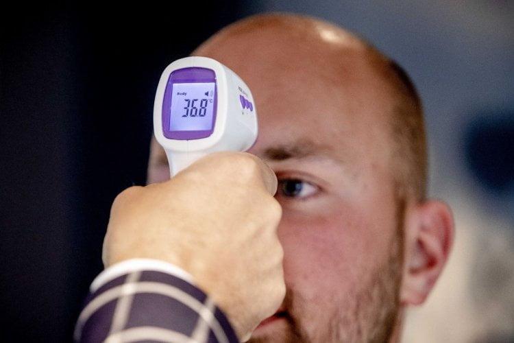 Temperatuurcontrole medewerker met scanpistool